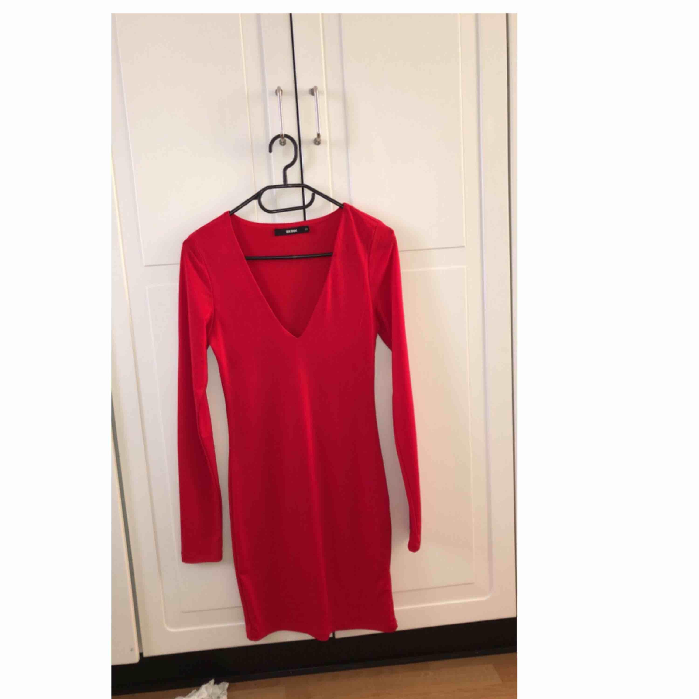 Superfin röd klänning, använd vid ett tillfälle! . Klänningar.