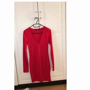 Superfin röd klänning, använd vid ett tillfälle!