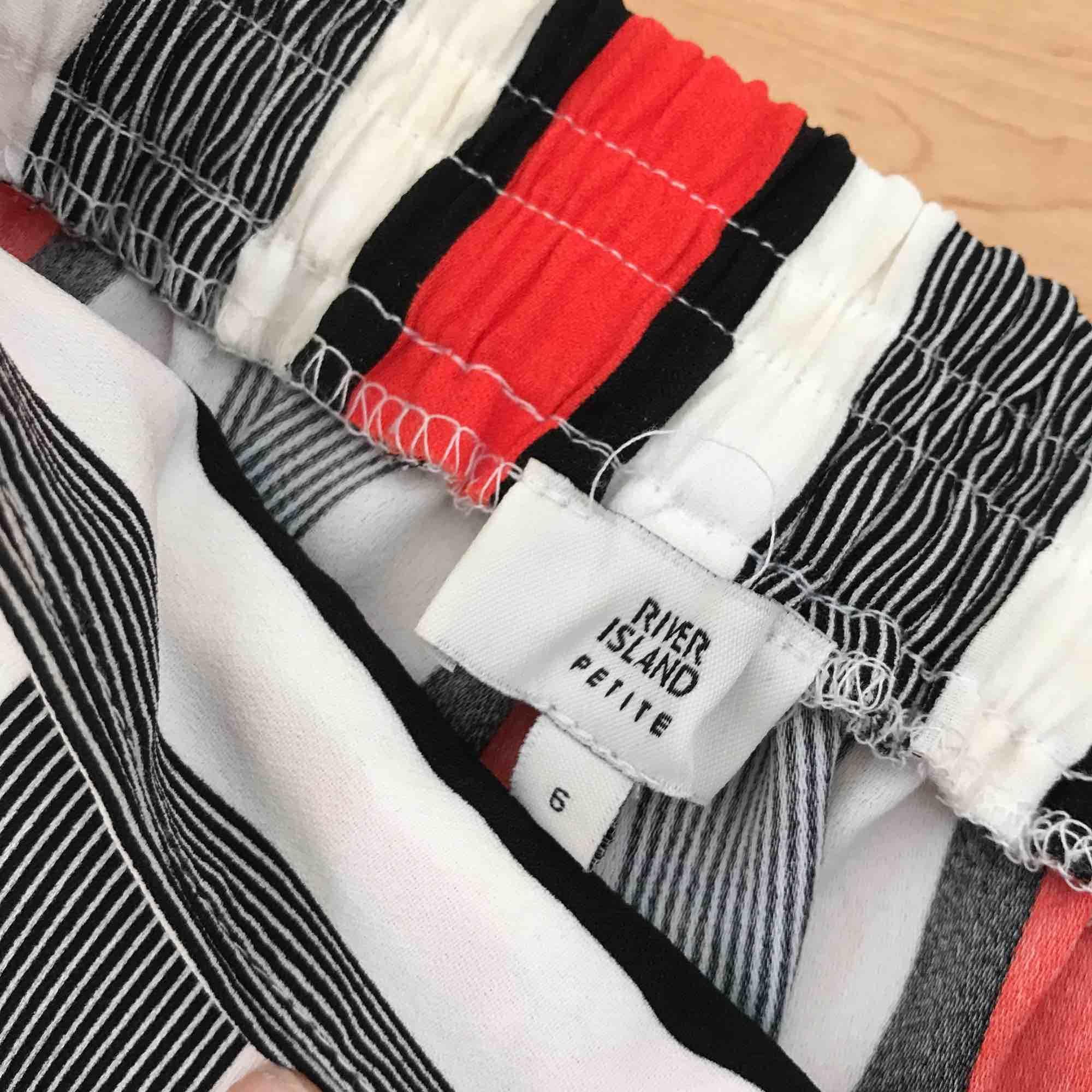 """Vida Byxor från River Island, kollektionen """"petite"""". Säljes pga aldrig använt, de var för odiskreta för mig ;) förövrigt både sköna och snygga 🙌🏼. Jeans & Byxor."""