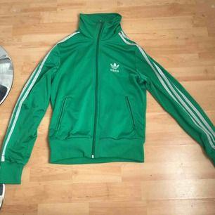 Adidas Zip-jacka. Äkta vara. Grön med silver/grå stripes.