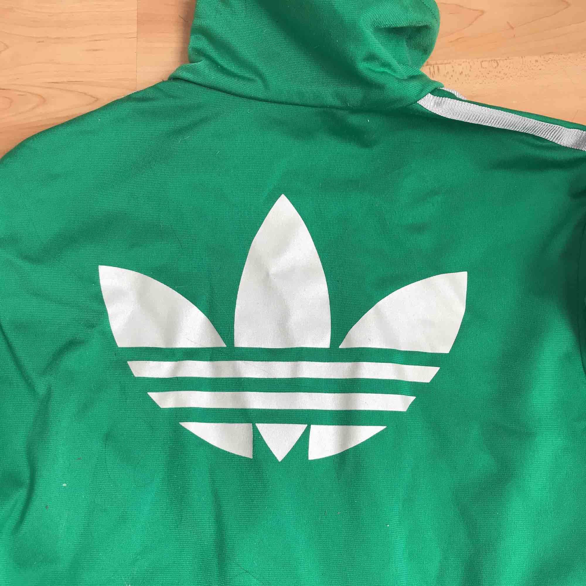 Adidas Zip-jacka. Äkta vara. Grön med silver/grå stripes. . Tröjor & Koftor.