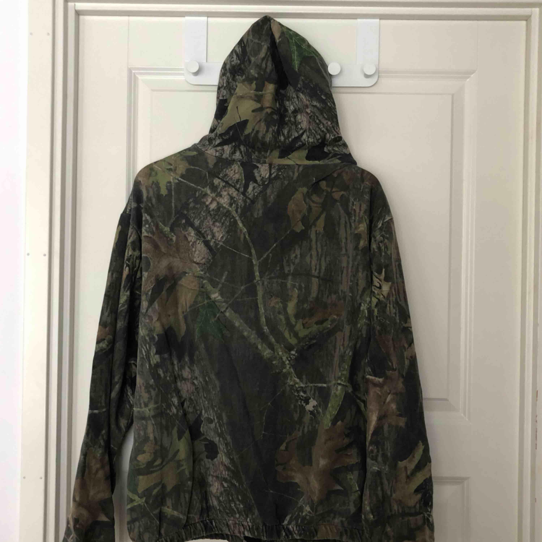Snygg hoodie i storlek XL, väldigt snygg att använda som oversize. 100kr + frakt eller mötas upp i Stockholm . Huvtröjor & Träningströjor.