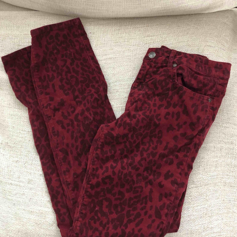 Snygga manchesterbyxor köpta second hand, står ingen storlek på dem men skulle säga att de passar en S-M. Supersköna på! 80kr + frakt eller mötas upp i Stockholm . Jeans & Byxor.
