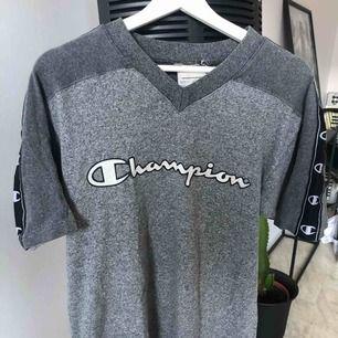 Oversized Champion T-shirt.  Storleken är en gissning då plagget är second hand.