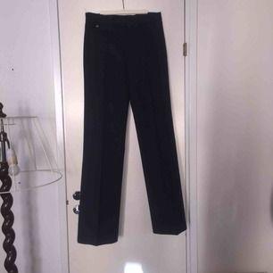 Mörkblå utsvängda byxor med lite elasticitet! Midwaist! Supersnygga!
