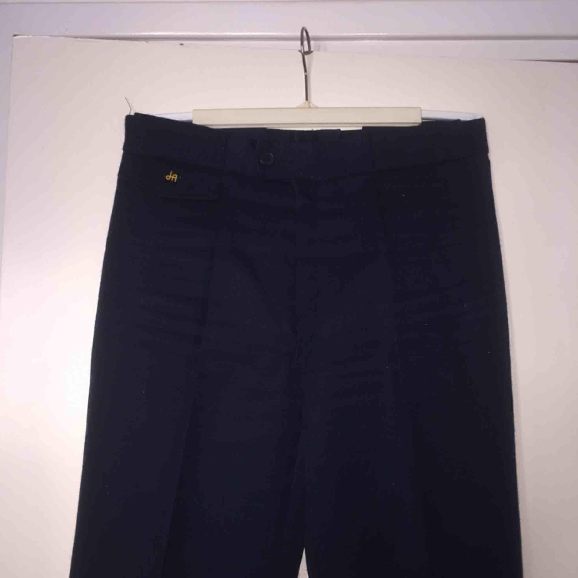 Mörkblå utsvängda byxor med lite elasticitet! Midwaist! Supersnygga! . Jeans & Byxor.