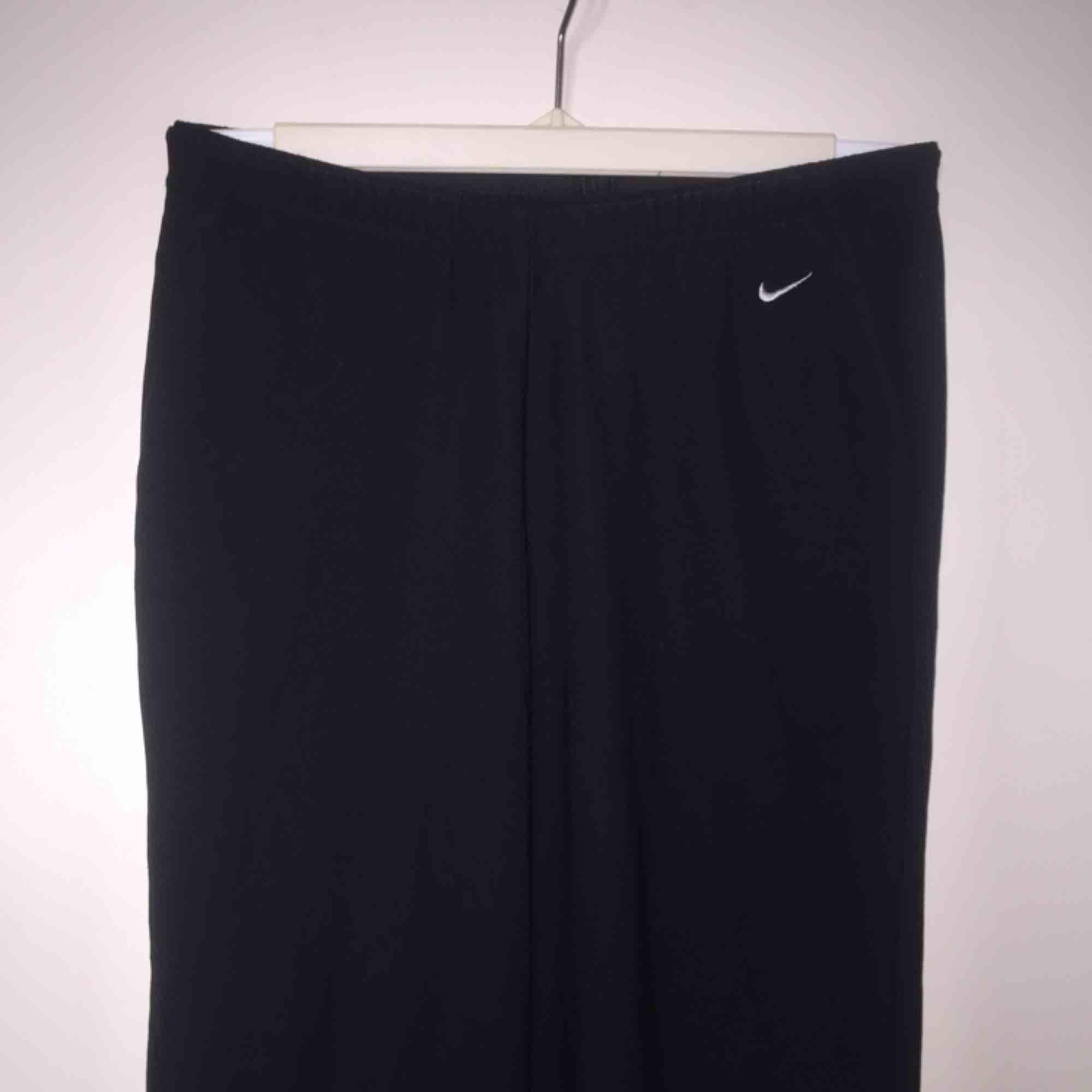 Sportiga Nike-tights i stretchigt material och lite utsvängda där nere! . Jeans & Byxor.