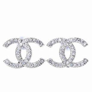 Chanelörhängen, AA+ kopia, köpta för 699:- då dem är de bästa kopior man kan få tag på. Testade 1 gång, insåg att dem inte var för mig..💖 hoppas dem passar någon annan bättre!!  💜Frakt ingår i priset!💜