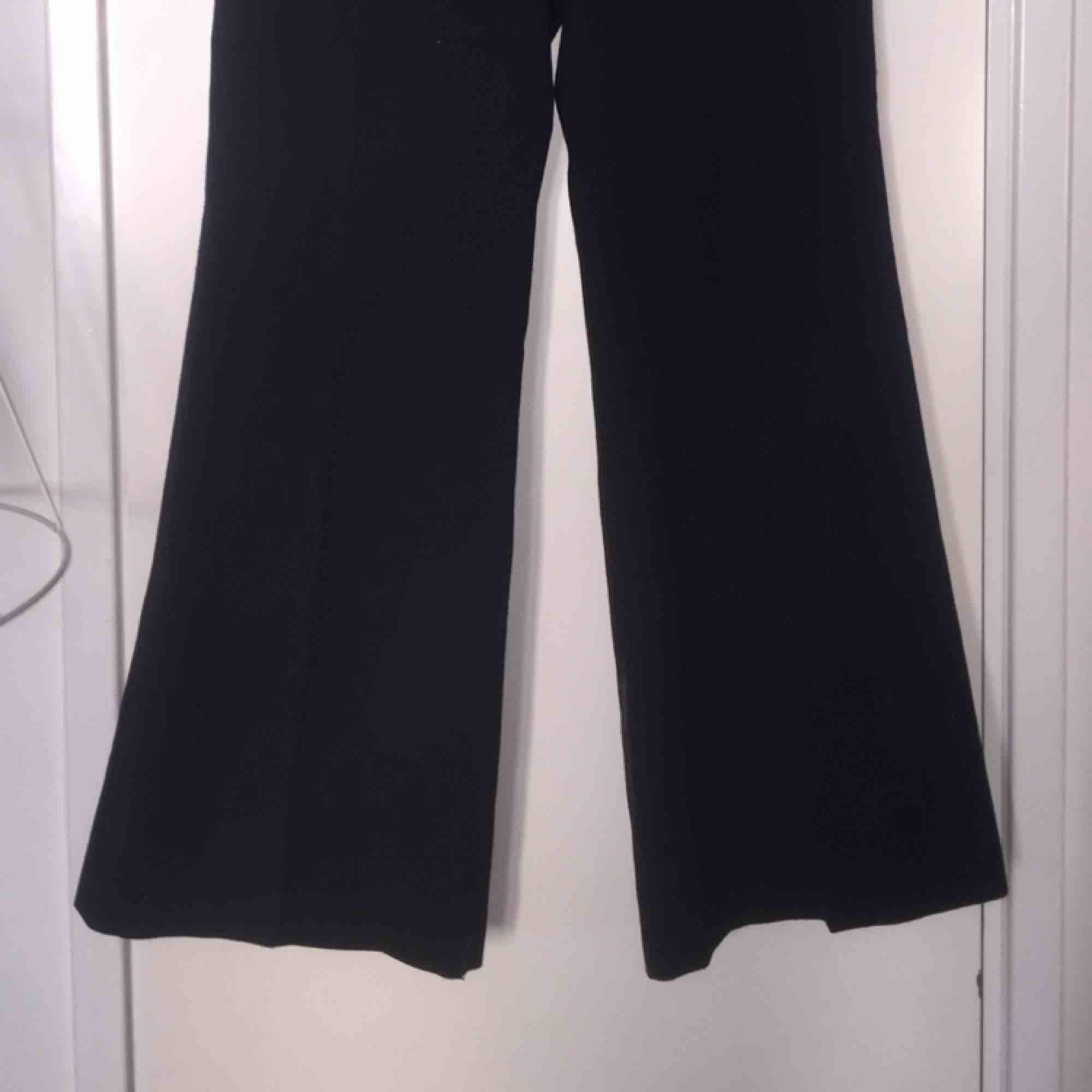 Svart kostymbyxa, egenhändigt insydda i midjan! Utsvängda ben. . Jeans & Byxor.