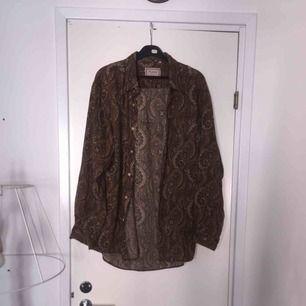 paisleymönstrad skjorta i ett mjukt skönt tyg.