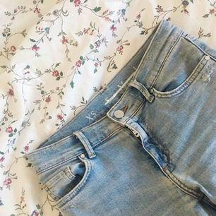 Tighta/stretch mid waist jeans från Bikbok. Använda cirka 2-3 gånger, inköpta för någon månad sedan. Jag har vanligtvis 36-38 eller S-M på jeans, dessa är i storlek XS men passar mig perfekt. Normal benlängd.  Kostar 600kr vanligtvis men säljer för 300
