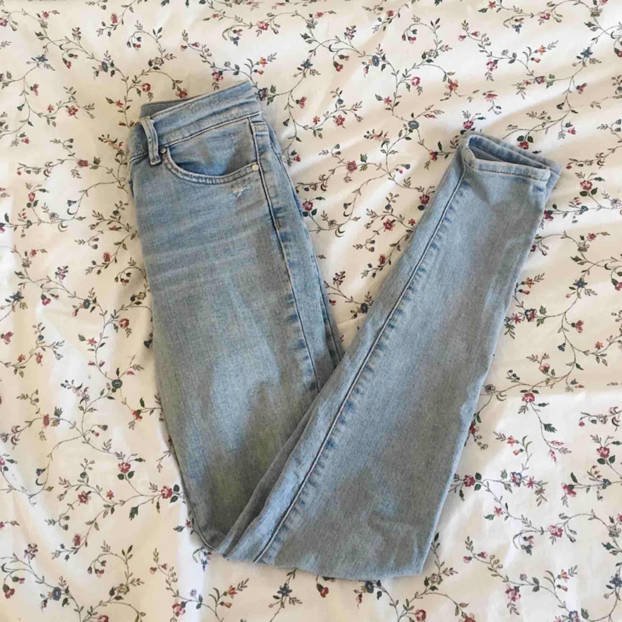 Tighta/stretch mid waist jeans från Bikbok. Använda cirka 2-3 gånger, inköpta för någon månad sedan. Jag har vanligtvis 36-38 eller S-M på jeans, dessa är i storlek XS men passar mig perfekt. Normal benlängd.  Kostar 600kr vanligtvis men säljer för 300 . Jeans & Byxor.