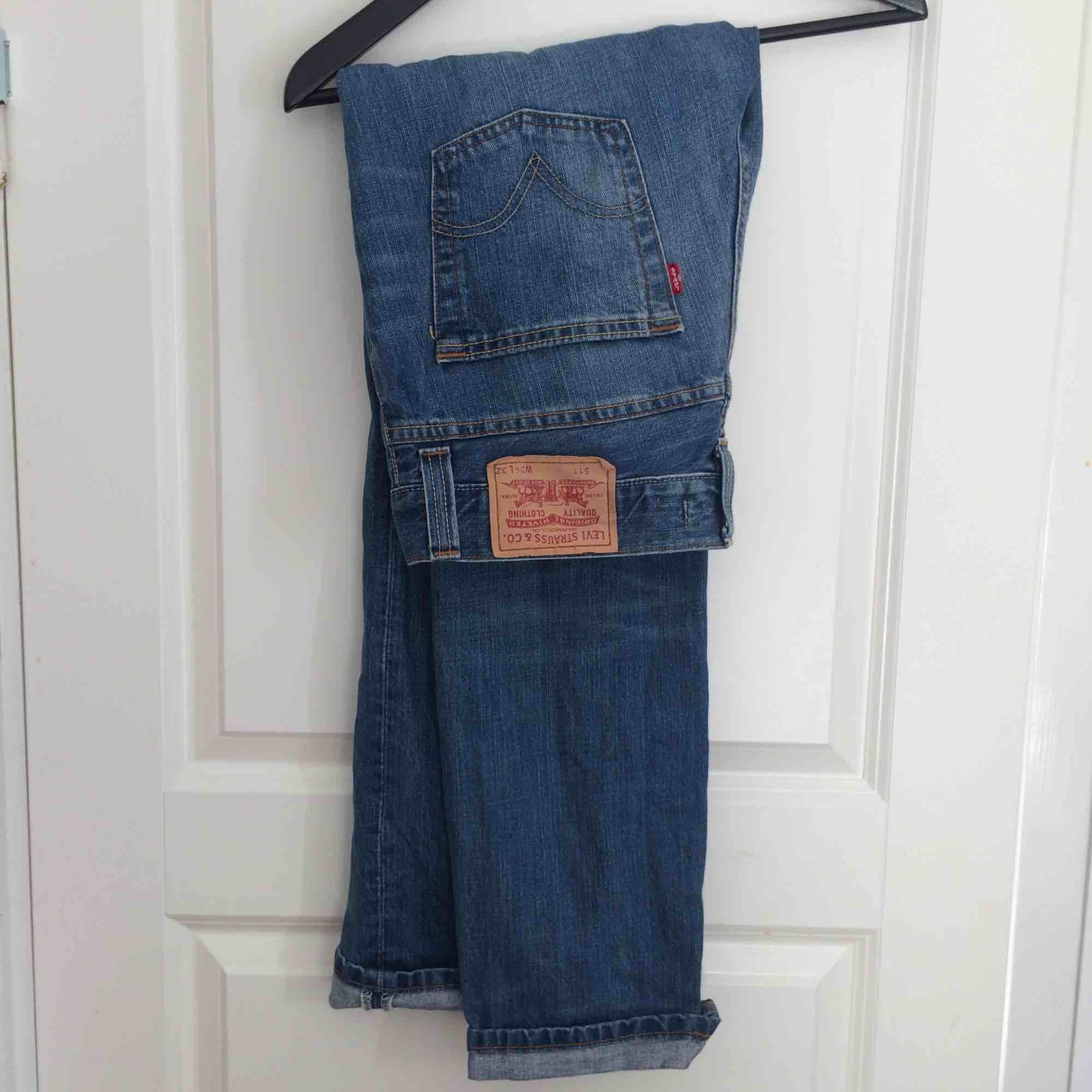 Levi's 511 (not 501). Tag says 34x32 but they fit like a true 32x32. Jeans & Byxor.