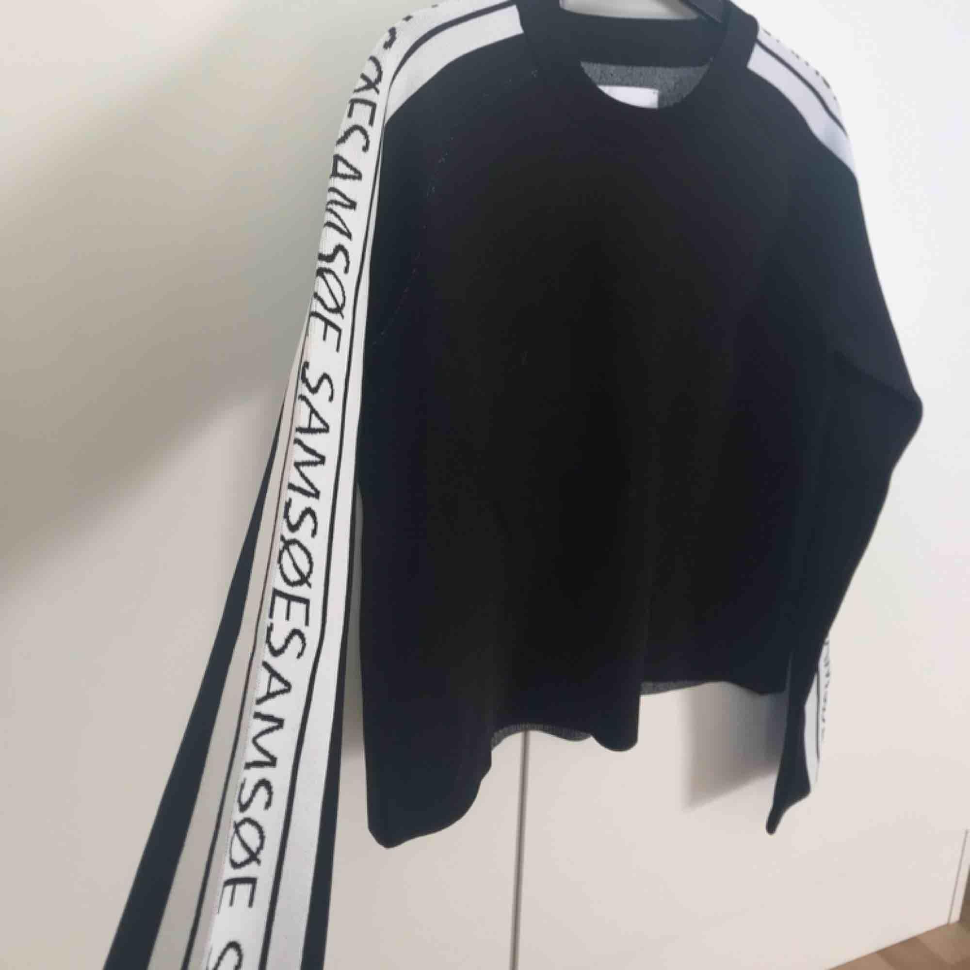 Super fin tröja, den är tyvärr aldrig använd. Prislappen sitter kvar.. Tröjor & Koftor.