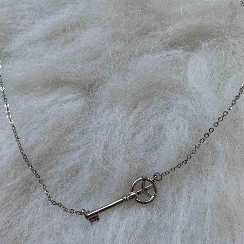 Halsband, Kan mötas upp vid t-centralen eller Odenplan, kan skicka via post 10kr på frakt. Accessoarer.