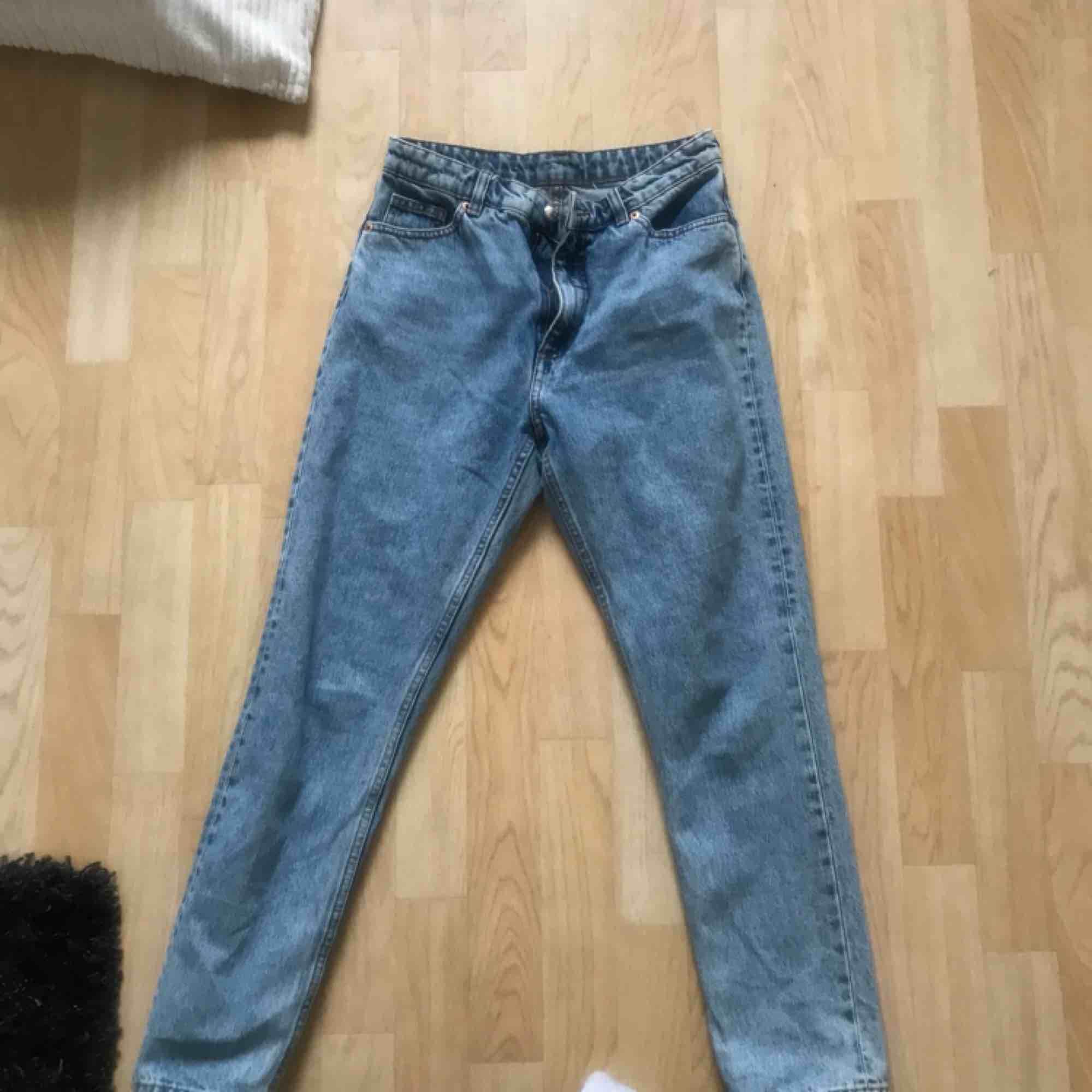 Hej! säljer nu mina kimomo byxor från monki i strl 28 pga att dom är för små! i modellen high relaxed, inköpta för 400kr och säljer för 200kr + frakt (30kr). Hör gärna av er!. Jeans & Byxor.