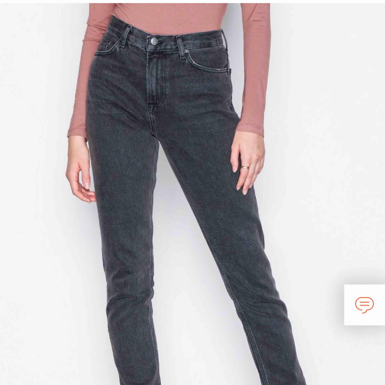 Säljer dessa jeans från Nelly, helt oanvända!!! Säljer dessa för att de var för små och kunde ej skicka tillbaka de. Storlek: W27! Nypris: 500kr. Säljer för: 130kr! Kan frakta och mötas upp i Stockholm, skriv för fler bilder💖💖. Jeans & Byxor.