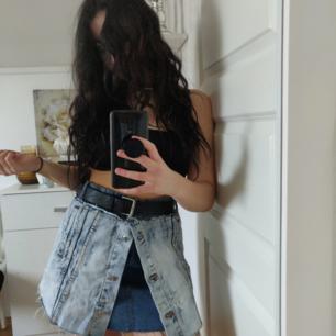 En layered jeanskjol från Fashionnova! Den är lite stor i storleken så passar även L, därmed rekomenderar jag bälte till :) DM för frågor❣️ köpare står för frakt