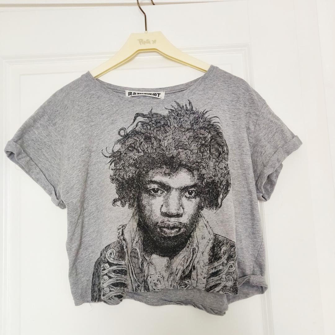 En croprop med Hendrix-tryck köpt i London men användes bara en gång. Storlek står ej men passar enligt min uppfattning S samt M då den ej är tight. DM för frågor❣️ Frakt tillkommer . T-shirts.