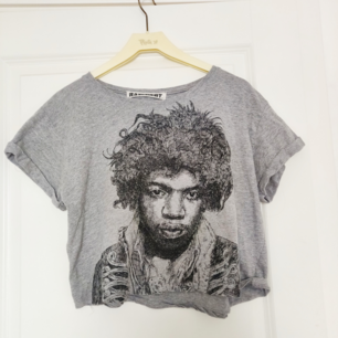 En croprop med Hendrix-tryck köpt i London men användes bara en gång. Storlek står ej men passar enligt min uppfattning S samt M då den ej är tight. DM för frågor❣️ Frakt tillkommer