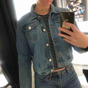 säljer jeansjacka från ett märke som heter denim. inte oversize och rätt liten och tight i storleken. säljs för 100kr + frakt (30kr) hör av er!