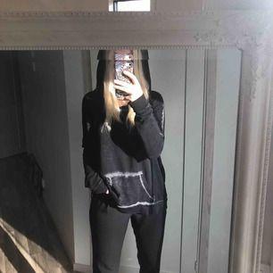 Tunn hoodie från Hollister i perfekt skick, grå/svart! Perfekt, lite lösare luva, tajtare i armarna och lösare runt kroppen. 35 kr frakt