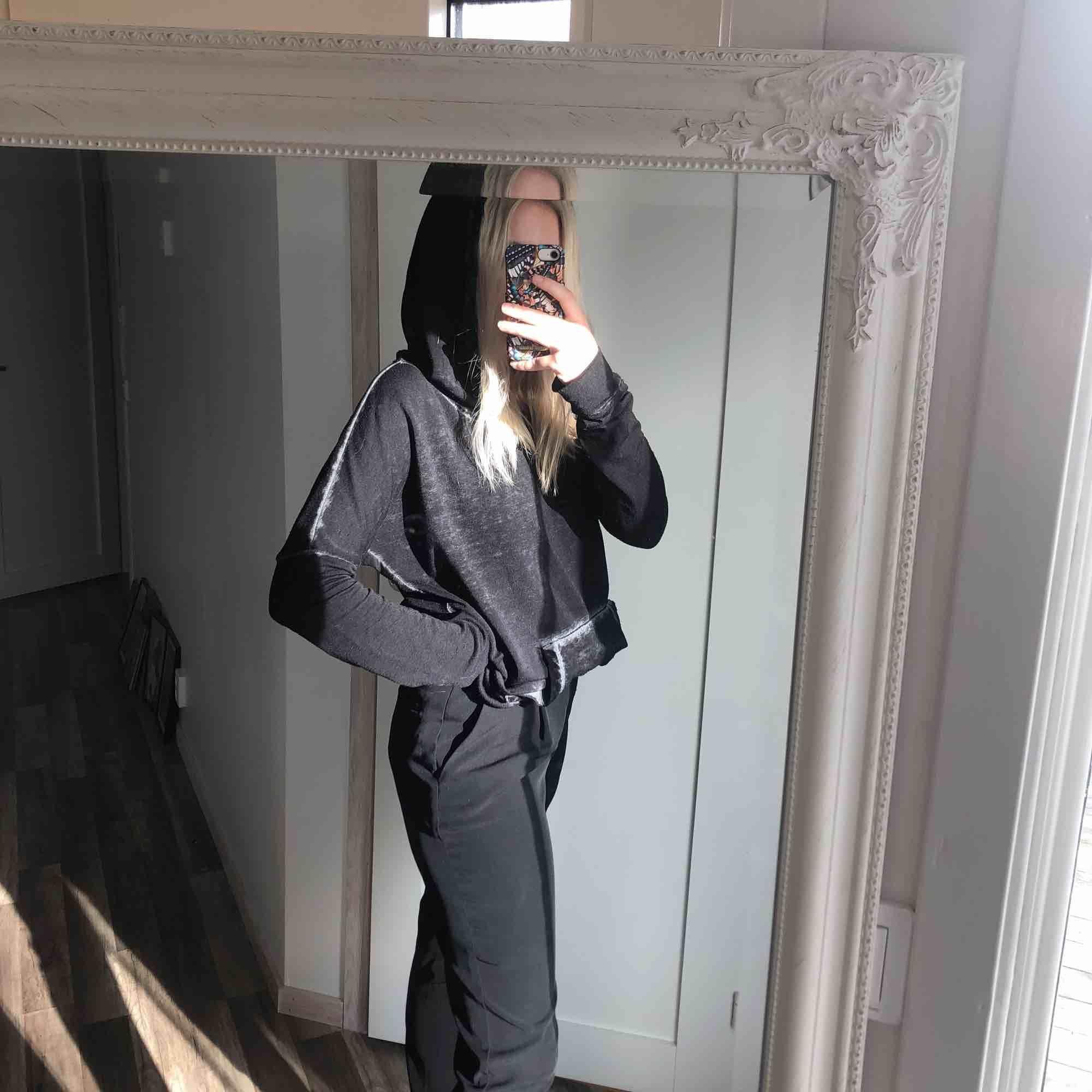 Tunn hoodie från Hollister i perfekt skick, grå/svart! Perfekt, lite lösare luva, tajtare i armarna och lösare runt kroppen. 35 kr frakt. Huvtröjor & Träningströjor.
