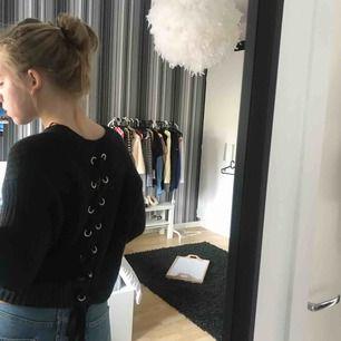 stickad tröja med snörningar i ryggen från new yorker. 60kr +frakt (30kr)
