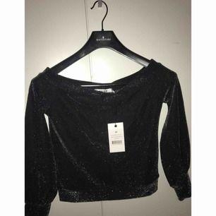En helt oanvänd off shoulder tröja från NA-KD , den är helt ny. Den är jätte snygg på! Köpte den för 200 kr. Snabbaffär sänker jag priset!  Tröjan sitter bra som s och xs 👌🏻