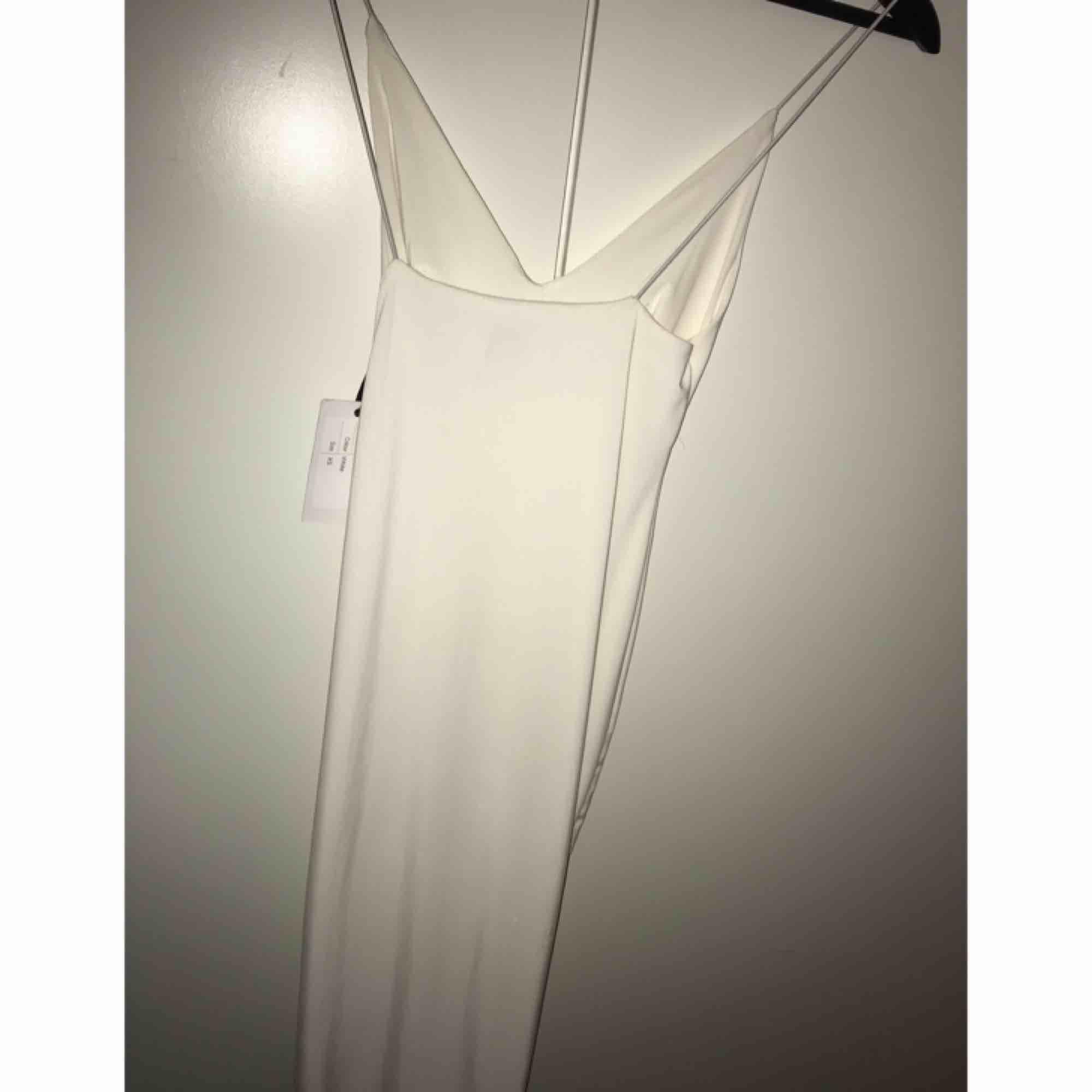 En riktigt snygg klänning som är helt oanvänd! Köpte den för 400 kr från Rebecka Stella! Sitter som en smäck👌🏻👌🏻, klänningen går ovanför knäna ungefär! Säljer den eftersom den passar inte mig😊. Klänningar.
