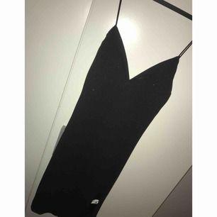 Jätte fin svart festklänning, som glittrar lite. Använd ett få par gånger. Klänningen är lite öppen vid sidan av låret vilket är jätte snyggg👌🏻👌🏻