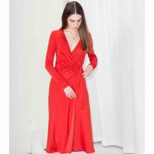 Röd wrap dress från & Other Stories, köpte den för 690kr och har använt en gång.