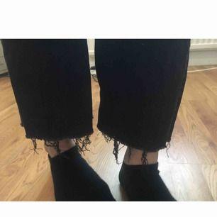 Ett par svarta bootcut/raka jeans, i gott skick. Skönt material och sitter fint!