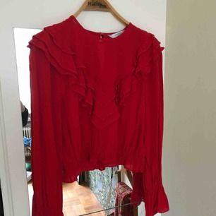 Röd blus från & Other Stories. Super skön och jätte fin röd färg! Använt någon gång bara.
