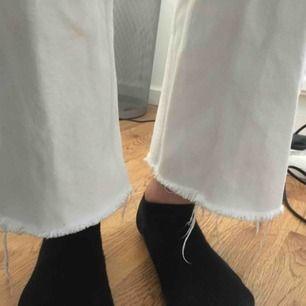 Skriv för fler bilder! Säljer mina jeans i modellen row från weekday, i gott skick. Avklippta nedtill av mig själv! Nypris: 500kr
