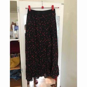 Flowy fin midi kjol från Saint Tropez. Använt en gång.