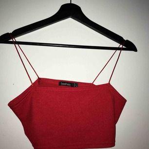 Snygg kortare linne / topp använd ett fåtal gånger men har ingen användning för den. Toppenskick. Frakt 18kr :)