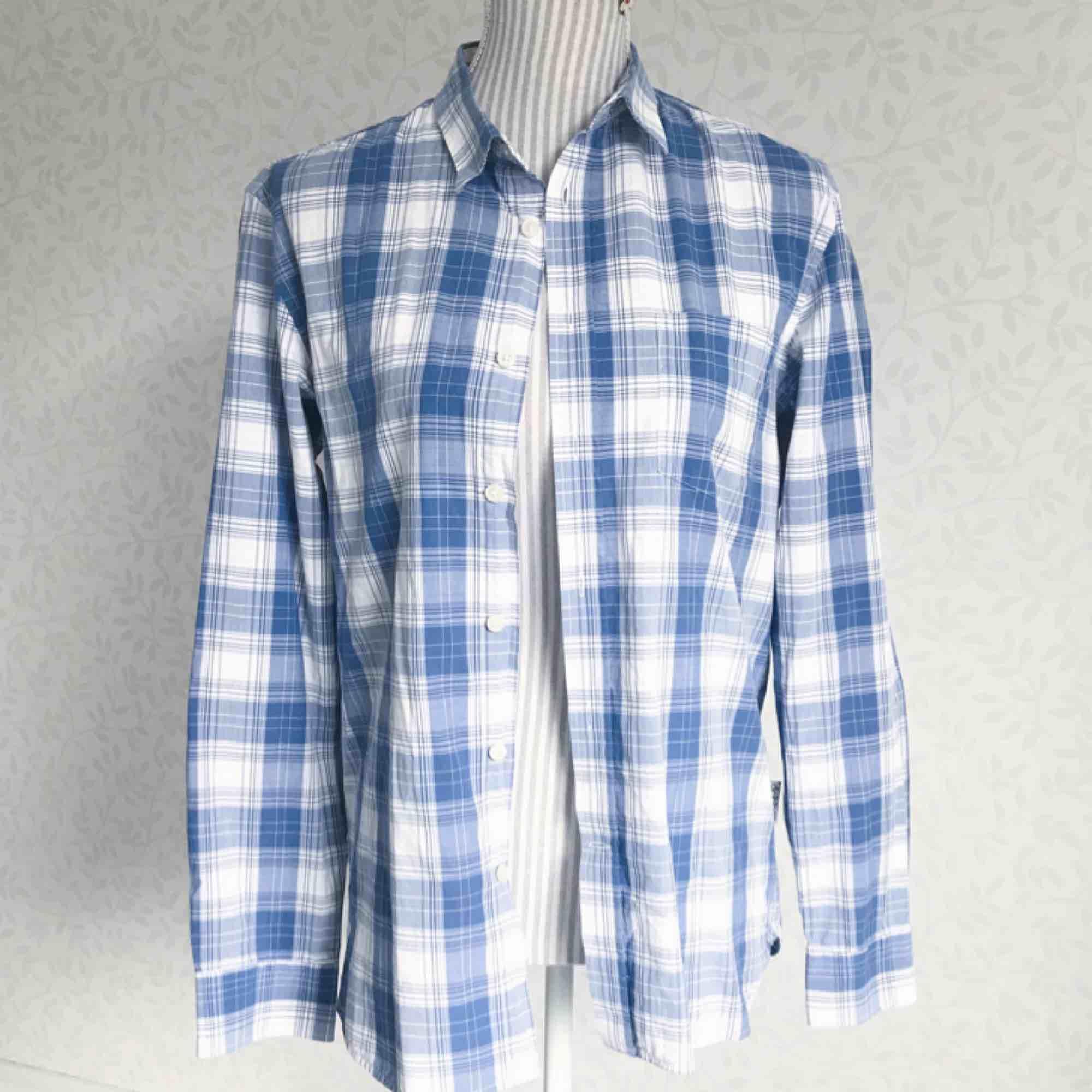 Blå och vit herrskjorta från Dobber i fint skick! Frakt på 40 kr tillkommer. Skjortor.