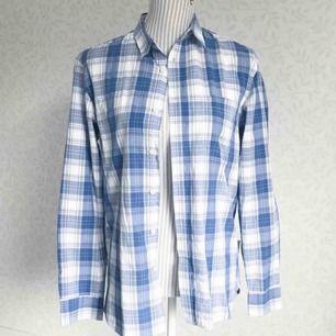 Blå och vit herrskjorta från Dobber i fint skick! Frakt på 40 kr tillkommer