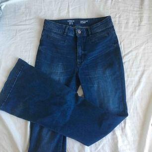 Högmidjade, utsvängda jeans med långa ben.
