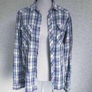 Rutig herrskjorta i blandade färger från Crocker! Fint skick 🌟 frakt på 40 kr tillkommer