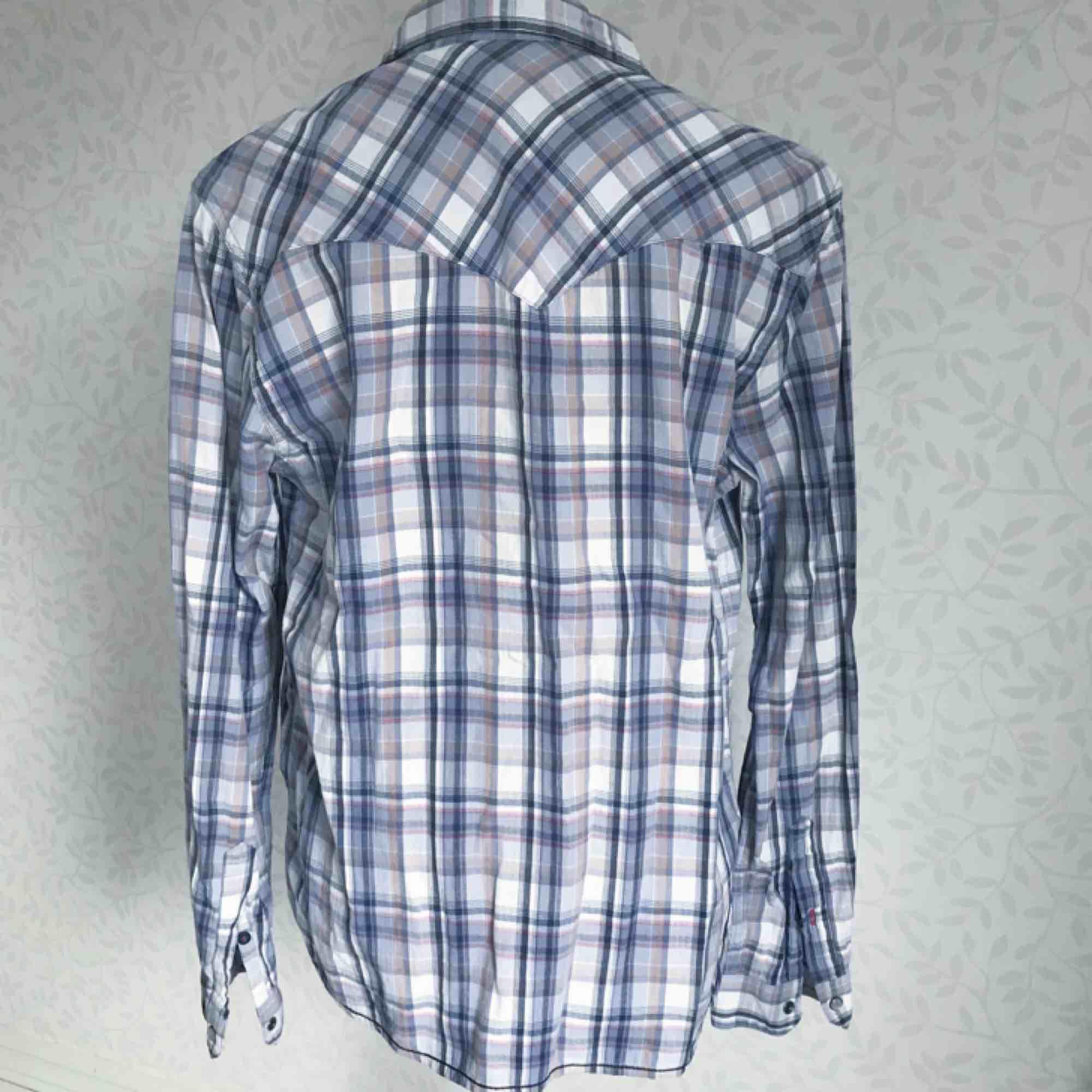 Rutig herrskjorta i blandade färger från Crocker! Fint skick 🌟 frakt på 40 kr tillkommer. Skjortor.