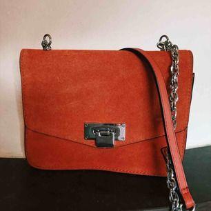 Fin orangefärgad väska ifrån Mango! I nyskick!