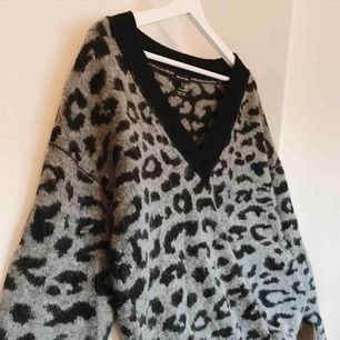 Vääärldens snyggaste tröja ifrån Massimo dutti. Nyskick, i grått & svart leomönster. Dröm tröja verkligen!