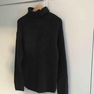 Mörkgrå stickad polo från H&M, står storlek XS men jag skulle säga att den passar S och M!