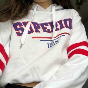 Skit fin hoodie och mycke varm, köptes dyr och frakten är 40kr❤️ Färgerna är trendiga