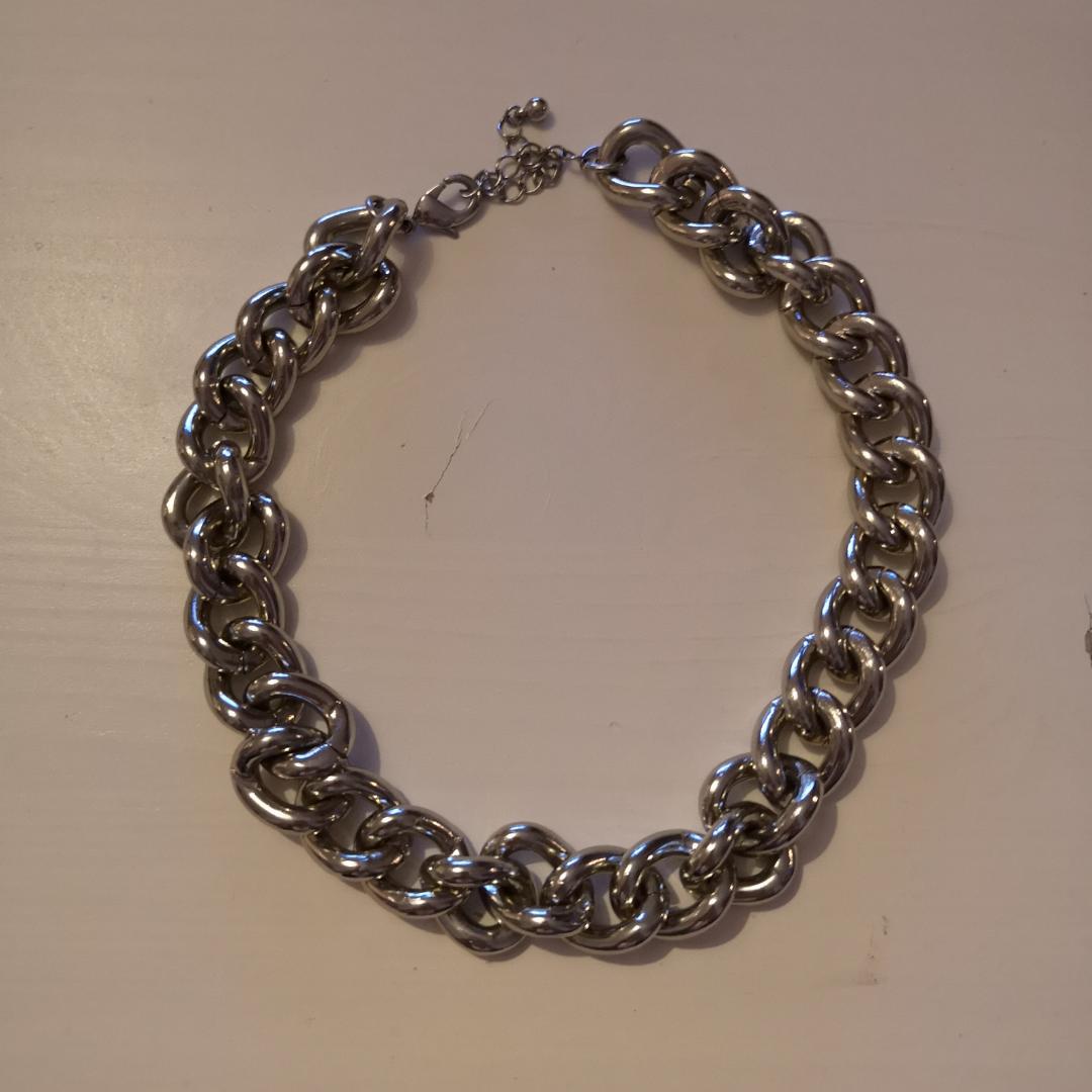 Halsband med bred kedja. Väldigt lätt för att vara i sådant tjockt material. . Accessoarer.