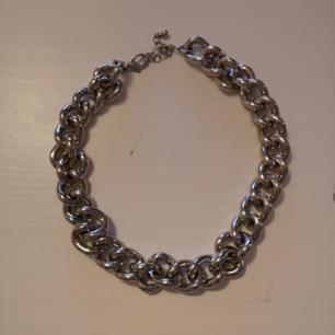 Halsband med bred kedja. Väldigt lätt för att vara i sådant tjockt material.