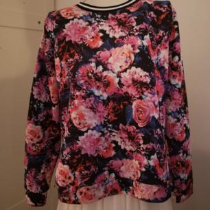 Supersnygg tröja i härliga färger. Säljer den pga. Att den är för stor för mig. Fint skick.  Köparen står för eventuell frakt.