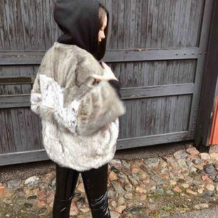 Fin pälsjacka från Zara! Använd ett fåtal gånger. Storlek Medium